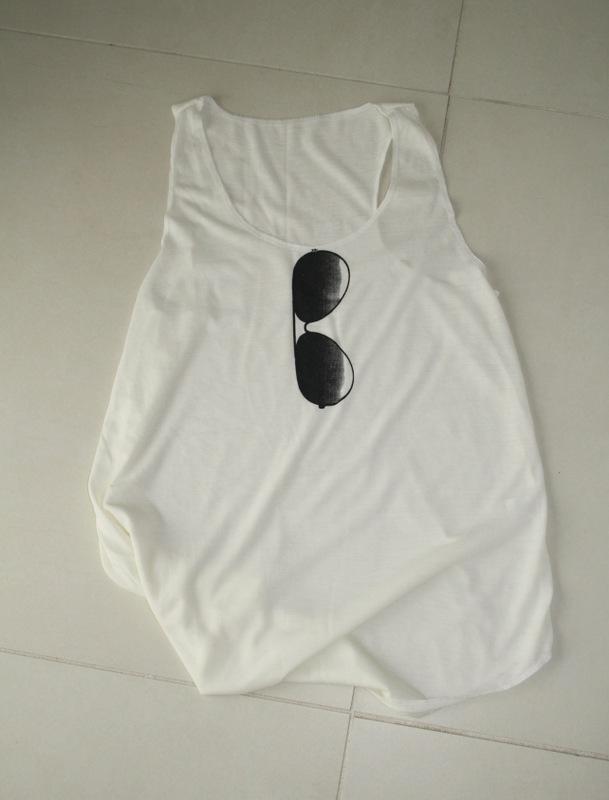 Camden Market, camiseta paz, mercado de camden twon, vivir con gusto, vivircongusto, blog, camiseta blanca gafas de sol